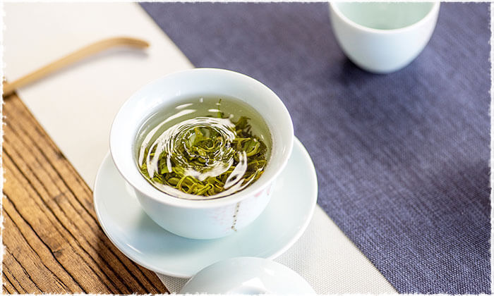 Brewing tea with Gaiwan